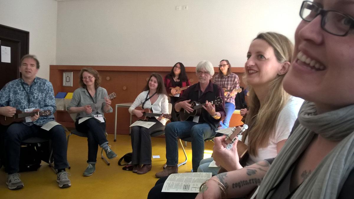 Dauergrinsen bei den meisten Teilnehmer/innen bei der Session Ukulele in 30 Minuten
